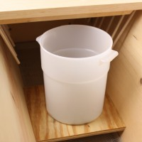 3-1/2 Liter Feeder Lets Beekeeper Feed Hives Fast & In Large Quantities